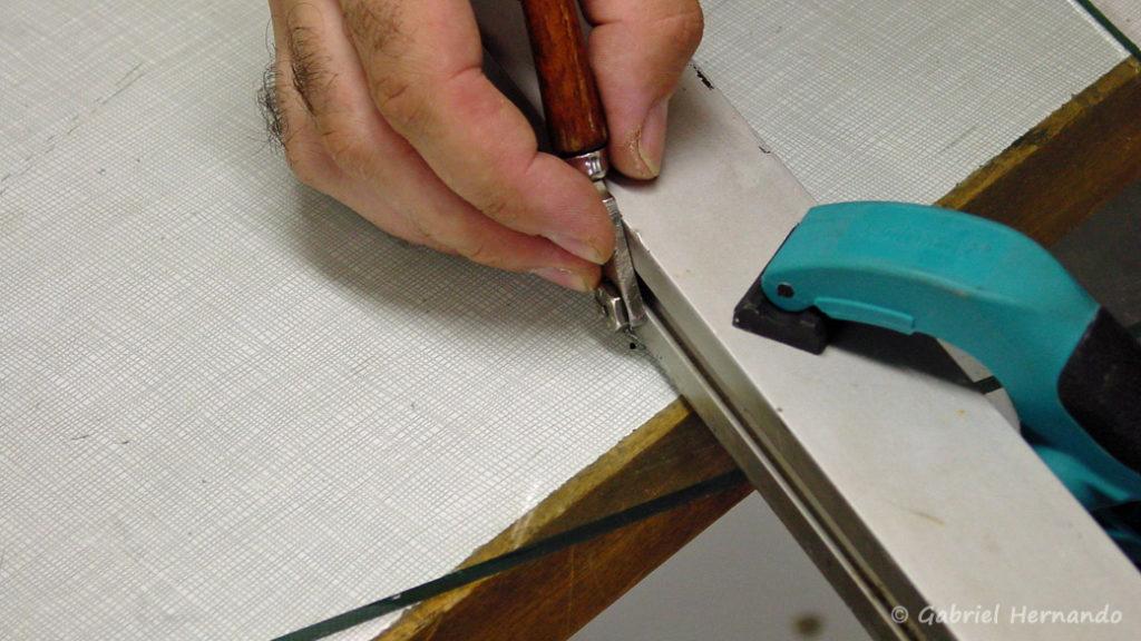 Positionnement de la règle et de la molette coupe-verre