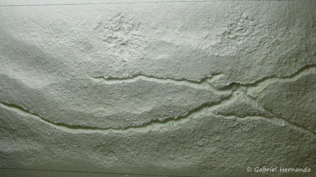 Après un dernier passage de la chauffette, le décors brut est prêt à peindre.