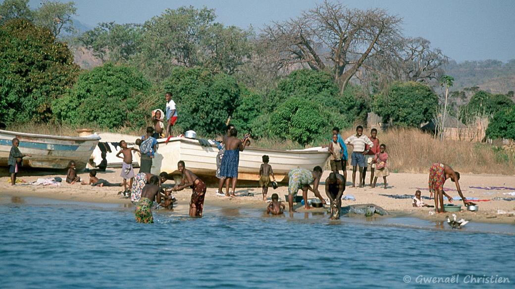 Lessive sur les berges du lac Malawi