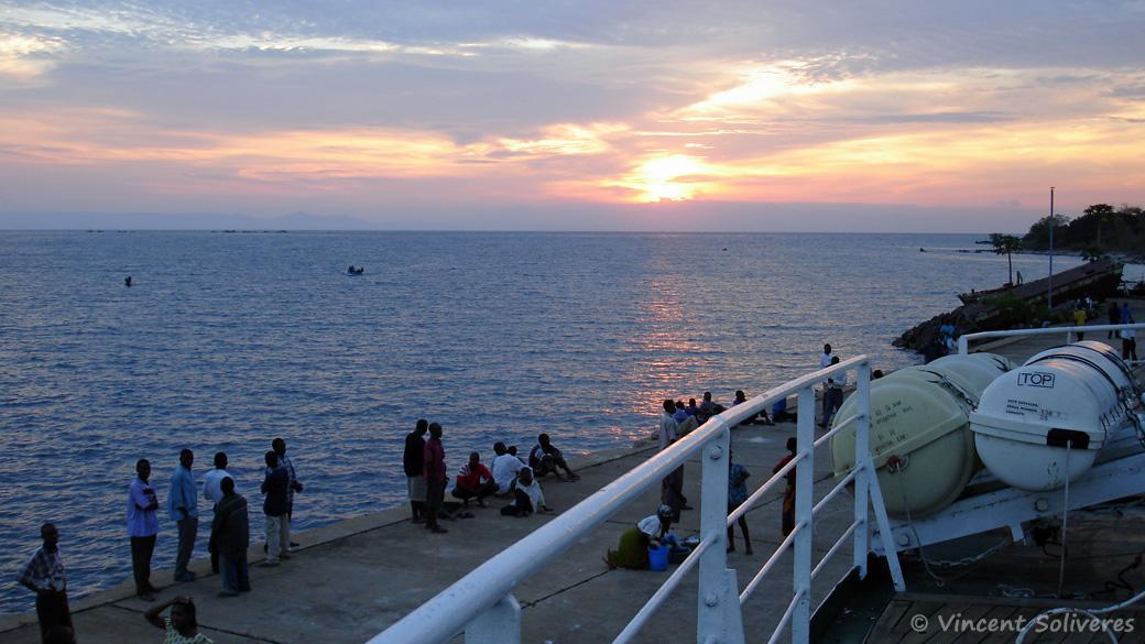 Couché de soleil vu du MV Mtendere, à Chilumba